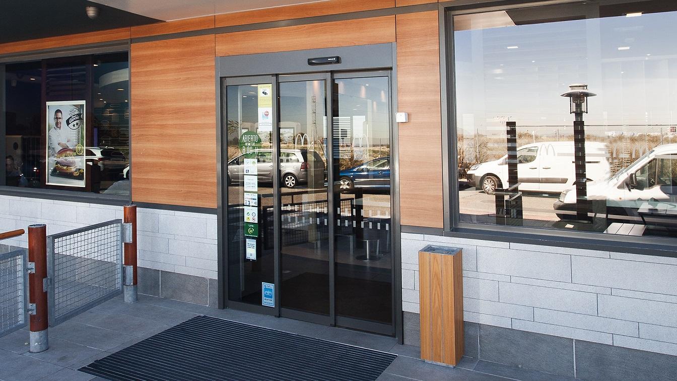 puerta automatica automatic door manusa horeca restaurante apertura telescópica lateral con hojas enmarcadas mcdonalds