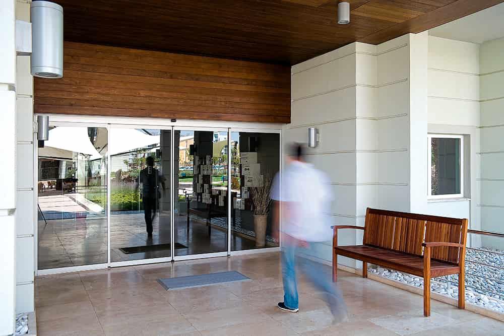 Ventajas de accesibilidad de las puertas automáticas en espacios residenciales